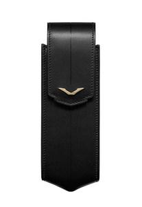 Вертикальный чехол Vertu Signature S из черной седельной кожи с отделкой из желтого золота